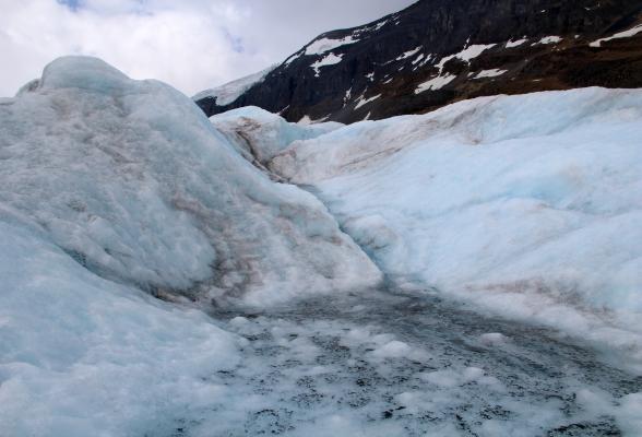 Het grillige landschap van de Athabasca Glacier, onderdeel van Columbia Icefield