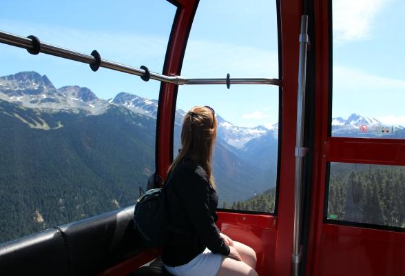 Het uitzicht vanuit de cabines van de Peak 2 Peak Gondola, de recordhouder voor hoogste kabelbaan boven de grond en langste aaneengesloten kabelbaan. De afdaling bezorgde mij stiekem best wat vlinders.  (Tussen Whistler Mountain en Blackcomb Mountain, Whistler)