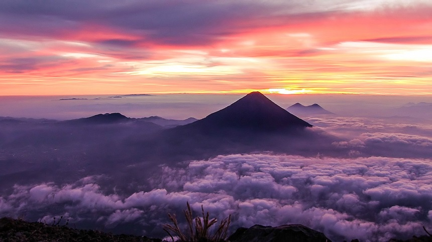 De Volcán de Agua en de Pacaya bij zonsopgang vanaf de top van Acatenango