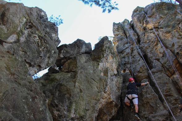 Meerdere klimscholen nabij de Prachov rotsen bieden klimprogramma's aan
