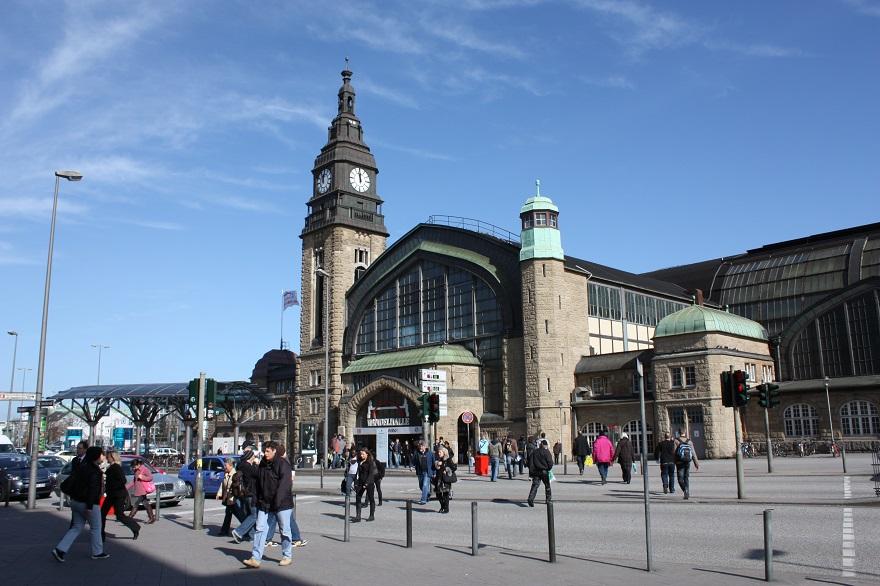 Hamburg Hauptbahnhof is met zo'n 450.000 reizigers per dag het grootste en drukste station van Duitsland en is na Gare du Nord in Parijs, het drukste treinstation van Europa.