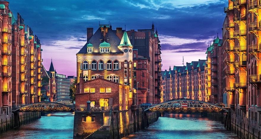 De Speicherstadt is een complex van pakhuizen, gebouwd tussen 1883 en 1927 op een reeks eilandjes in de rivierbedding van de Elbe.