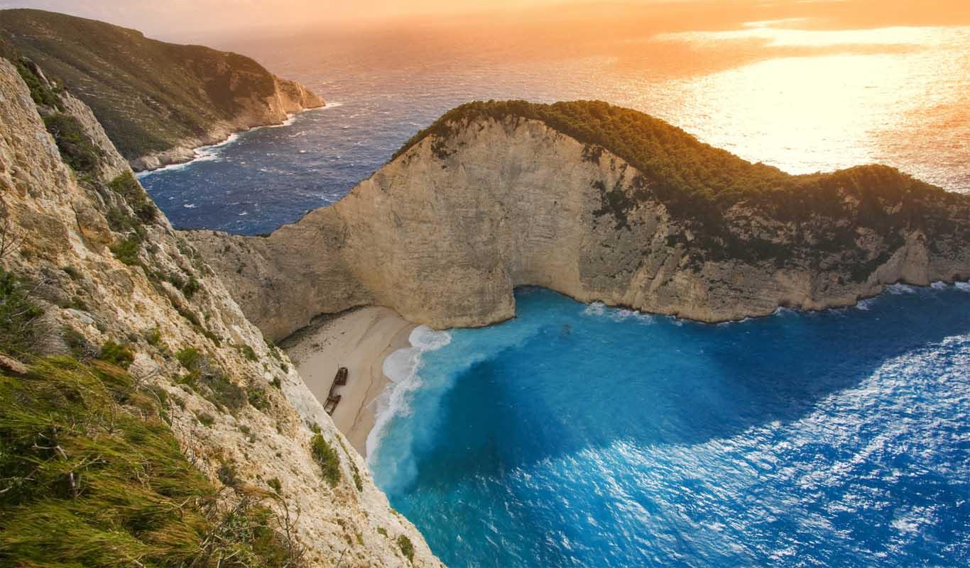 Navagio beach op Zakynthos is niet het mooiste strand van Zakynthos. Het bijzonderste strand is het zeker, omdat er een scheepswrak uit 1982 ligt.