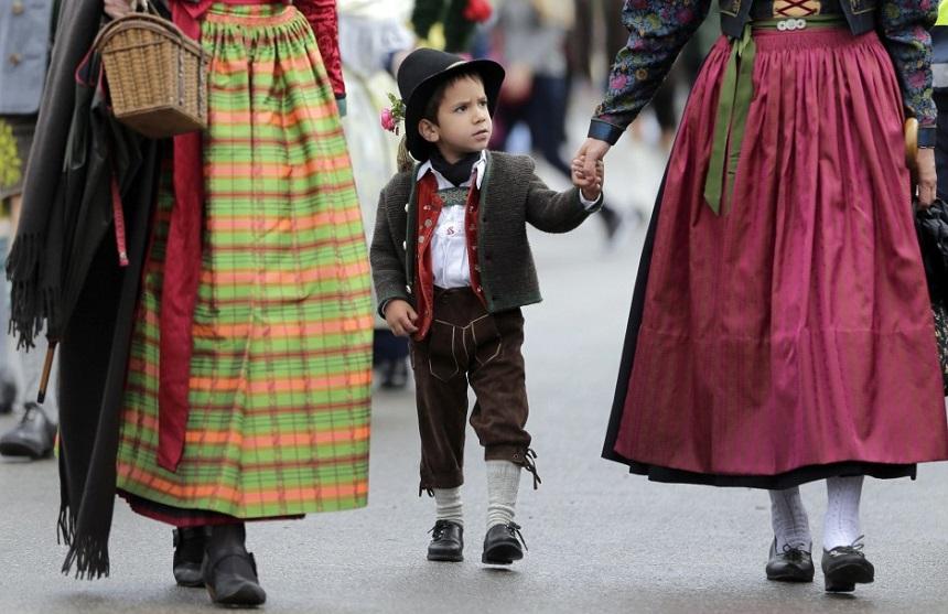 Afgelopen zaterdag ging het grootste volksfeest ter wereld weer van start in het Duitse München: het Oktoberfest. Tijdens het feest dragen veel mensen, zowel locals als toeristen, dirndl jurkjes en lederhosen. Hoe herken je nu een toerist en hoe een local?
