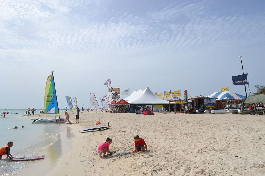Het strand van Hadicurari Beach, ofwel de Fisherman's Huts, locatie van de 29ste Aruba Hi-Winds in 2015.