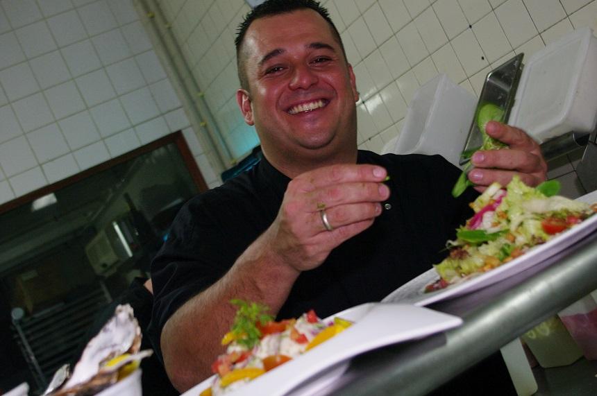 Reishonger schoof aan bij chef Erwin Hüsken in zijn prachtige restaurant tegenover Eagle Beach.