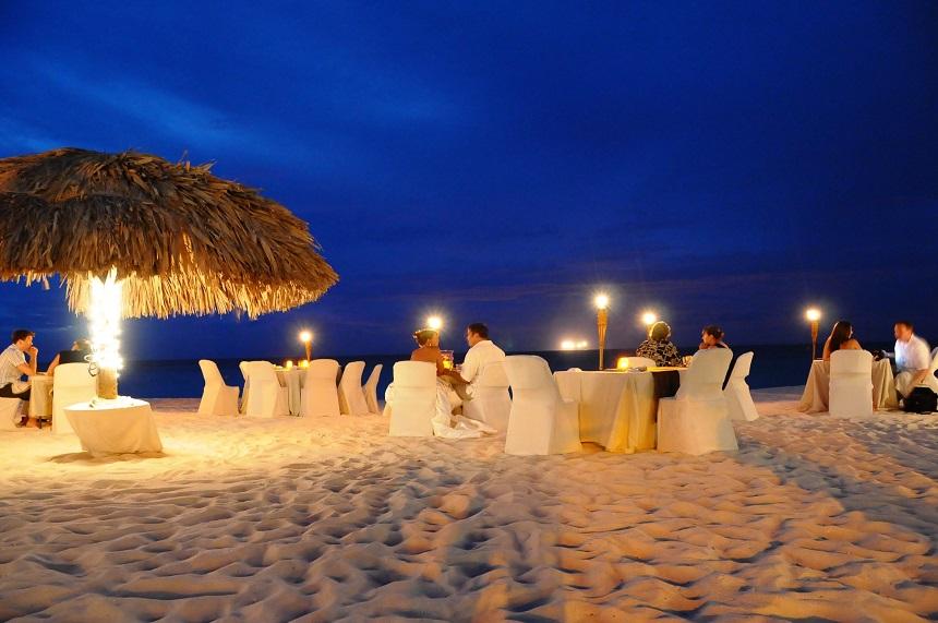 Het Passions Restaurant biedt een verleidelijke setting op het heerlijke zand van Eagle Beach.