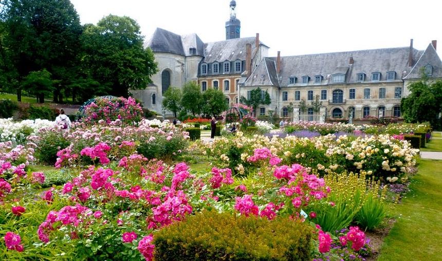 Picardië herbergt een belangrijk religieus erfgoed. Er is, naast de beroemde gotische kathedralen, een veelheid aan architecturale juwelen zoals de vele abdijen, in het bijzonder de koninklijke abdijen, de kerken en de kastelen.