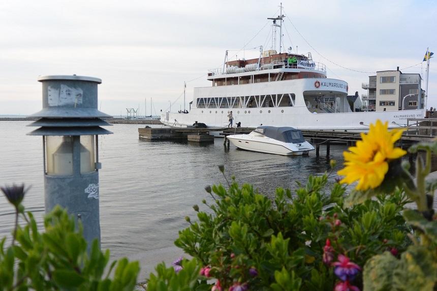 De veerboot fungeert als historisch item in de haven van Färjestaden