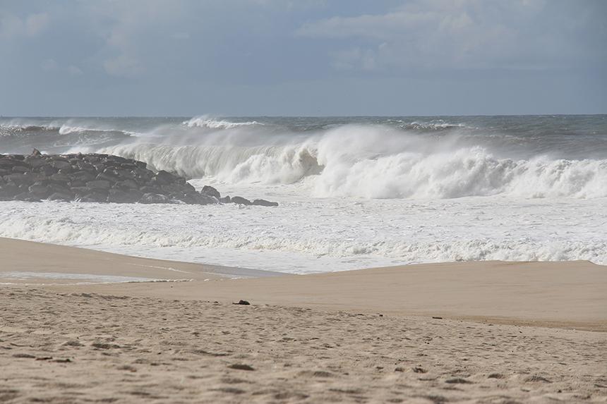 Furadouro: met veel kracht botst het water op de stenen golfbrekers