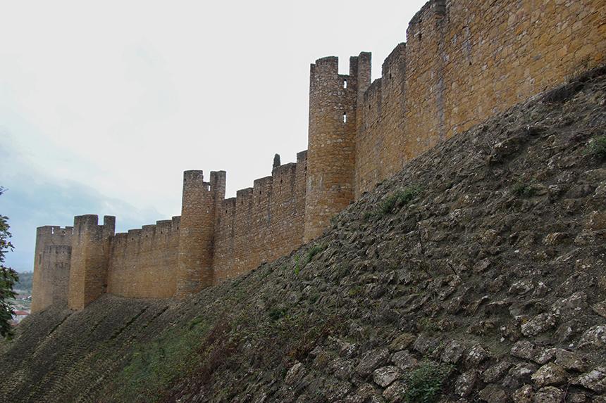 Convento de Christo: zeker tien meter hoge stenen muren lijken het complex ondoordringbaar te maken