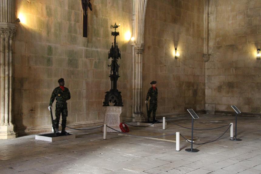 Twee erewachten bewaken het graf van de onbekende soldaat