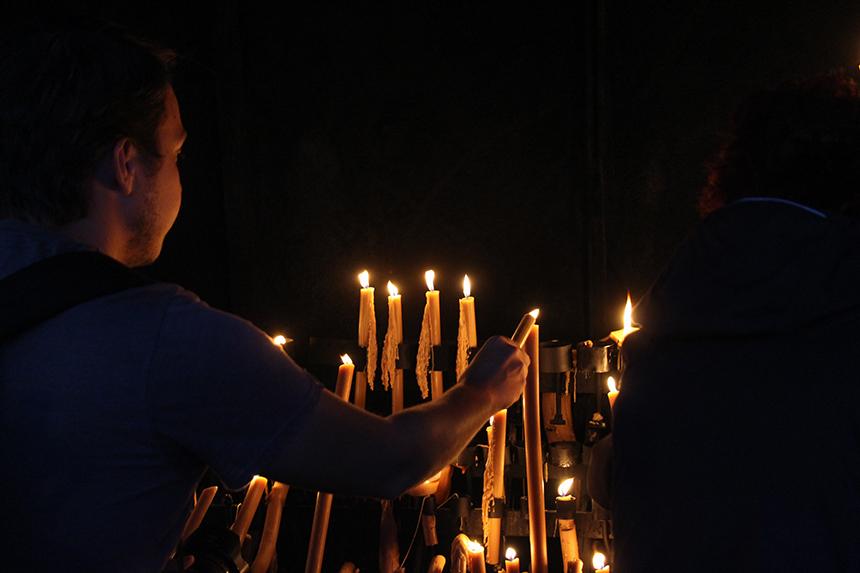 Als offer aan Maria worden kaarsen gebrand