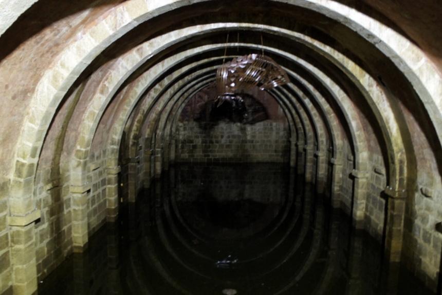 Het waterreservoir van de burcht, waar soms kunst getoond wordt.