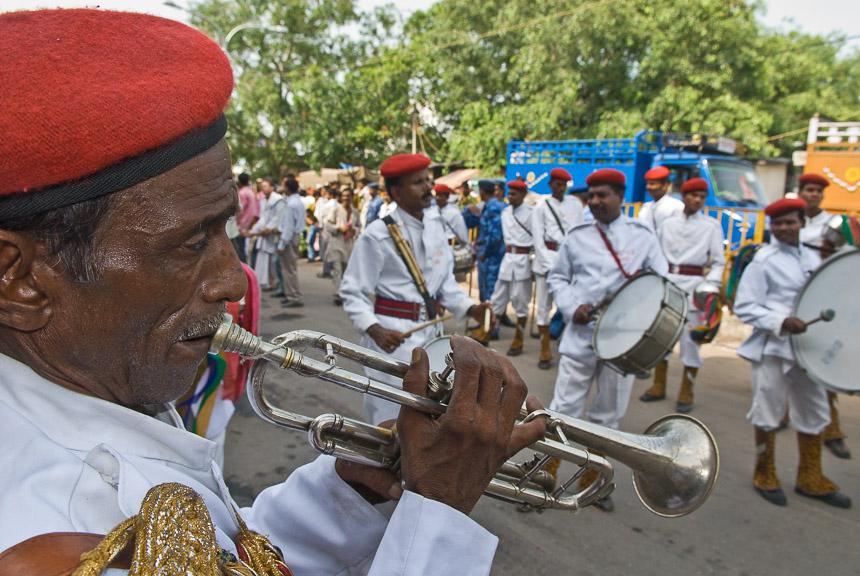Trompetist in de straten van Delhi