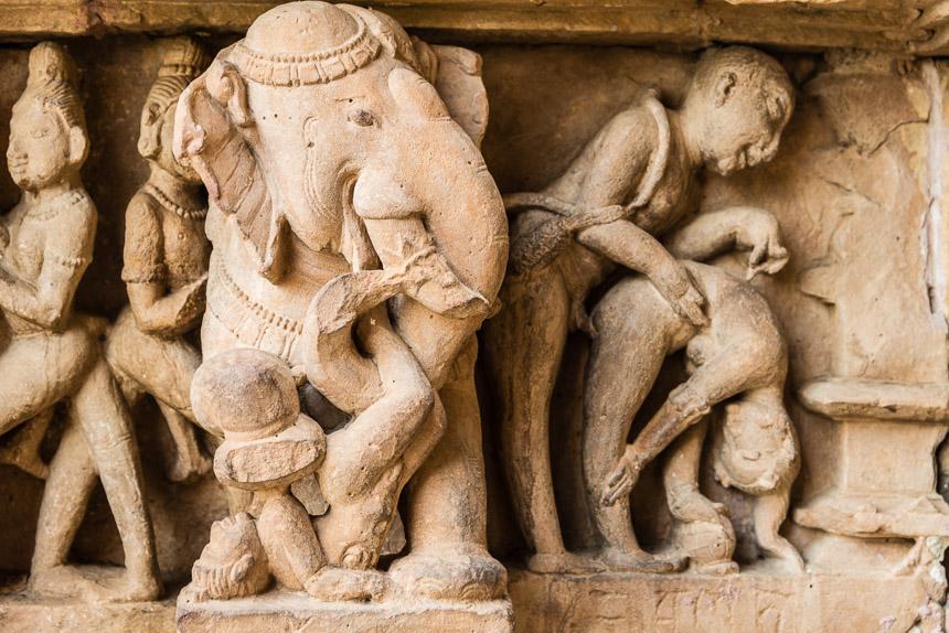 Khajurao. De nieuwsgierige olifant.