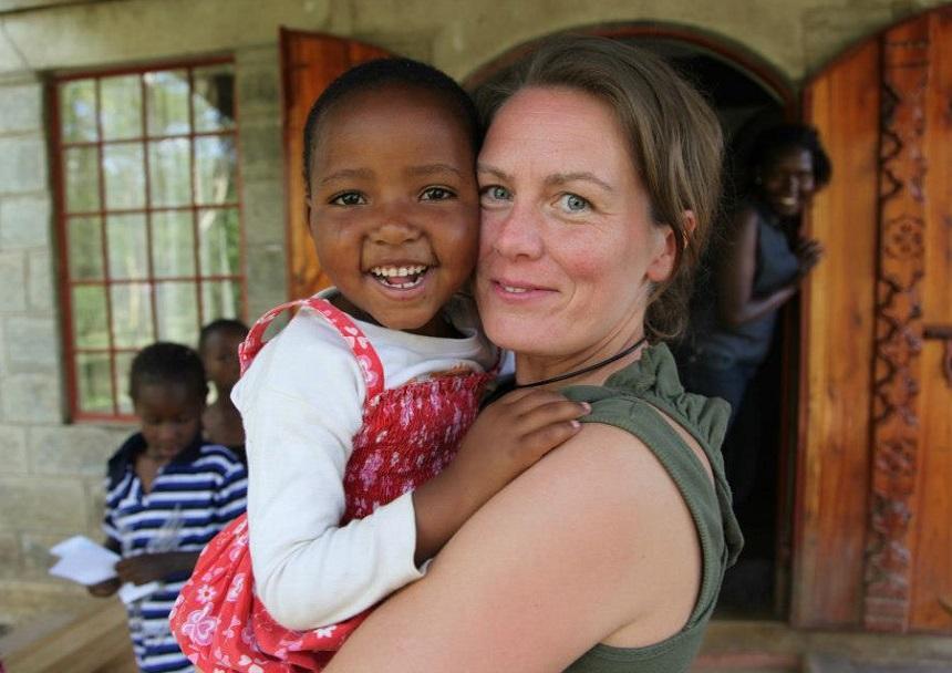 Mijn hartendief, Susan. Toen ik haar in 2011 de eerste keer ontmoette, was ze achtergelaten in een weeshuis in Nairobi omdat mama de zorgen niet meer aankon. Nu heb ik haar in de Rudolf Steiner School kunnen plaatsen waar ze tot haar 15e een opleiding en goede zorgen zal krijgen. tijdens de schoolvakanties gaat ze terug naar mama.