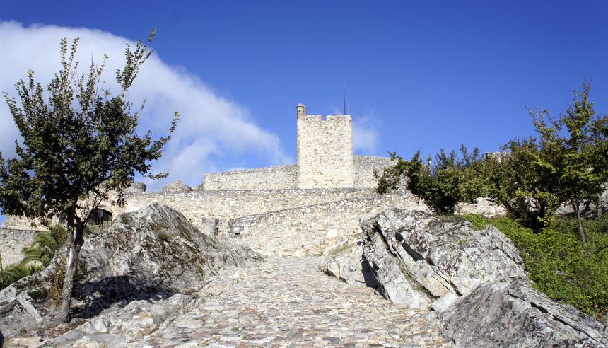 Veel dorpen en steden hebben kerken of kastelen in hun midden