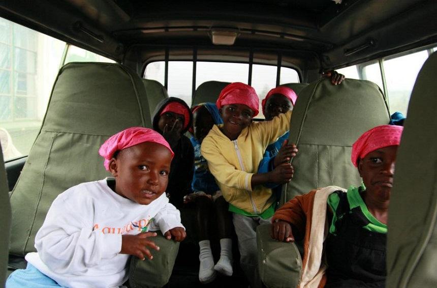 Met enkele kinderen uit het Tunza weeshuis op stap naar het Sheldrick olifanten weeshuis. Kenya