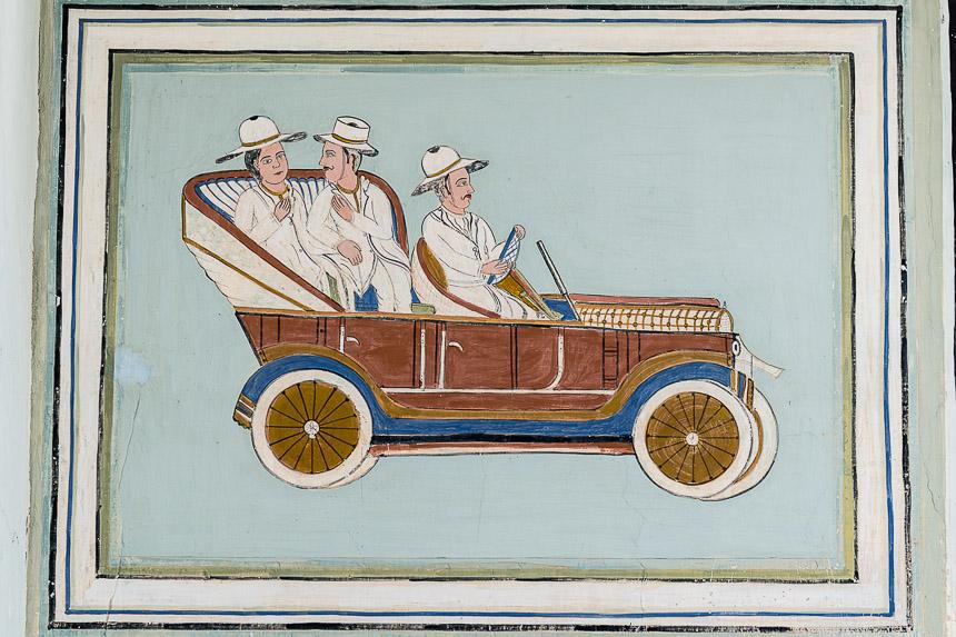 Nawalgarh - schildering van westerse auto in Poddar Haveli museum.