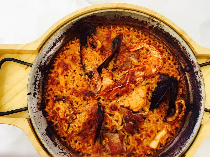 Paella is een van de bekendste gerechten uit de Spaanse keuken