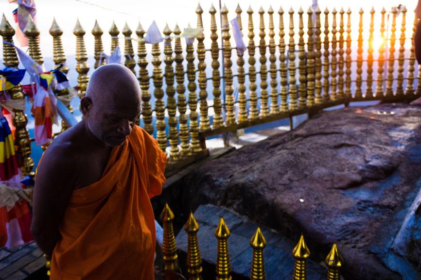 monnik bij de heilige tempel op de top van de berg