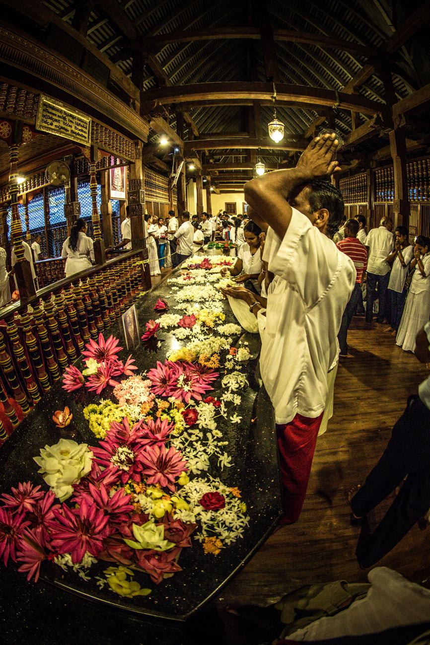 offers-en-gebeden-tijdens-de-ochtend-ceremonie