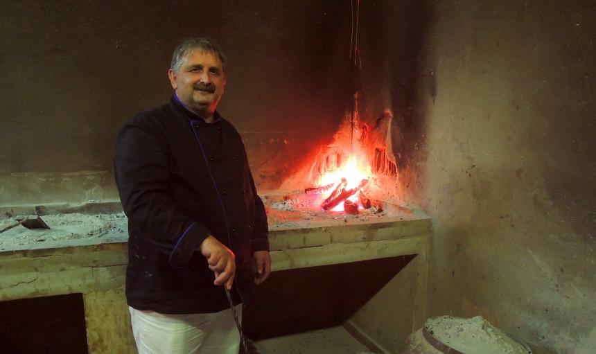 Bij drinken hoort eten. Peka wordt gemaakt in een grote pan die met kolen wordt bedekt.