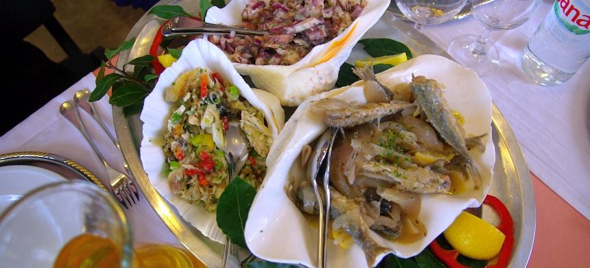 Salades van allerlei soorten vis, inktvis en garnalen.