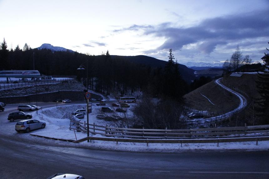 Het centrum van het dorp, eigenlijk niet meer dan een parking waarrond de hotels liggen.