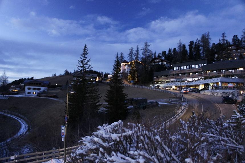 Een vrolijke kijk op Obereggen, met alle kerstlichtjes en sneeuw.