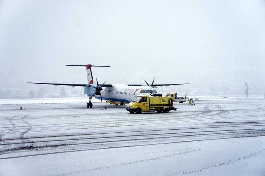 De luchthaven van Innsbruck in een laagje sneeuw.