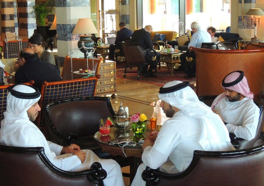 Koffie drinken tussen de sjeiks in het chique Al Qasr hotel.