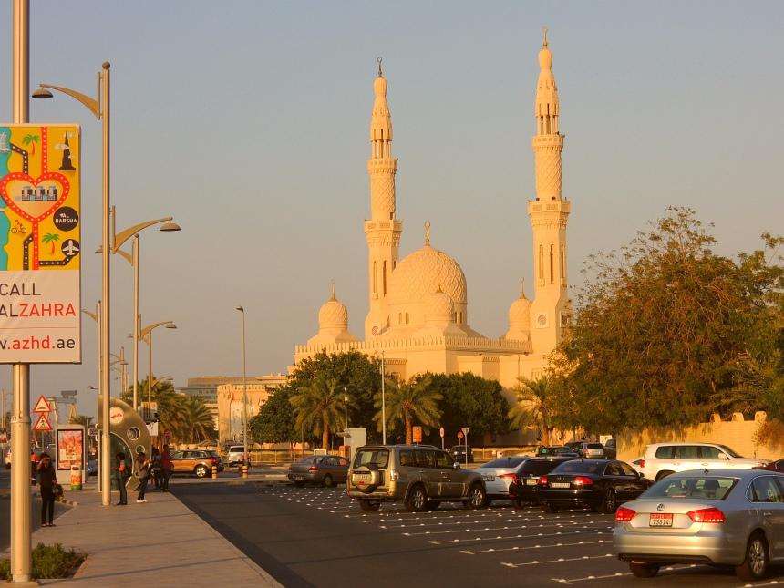 De Jumeirah moskee bij zonsondergang. Links een airconditioned bushokje.