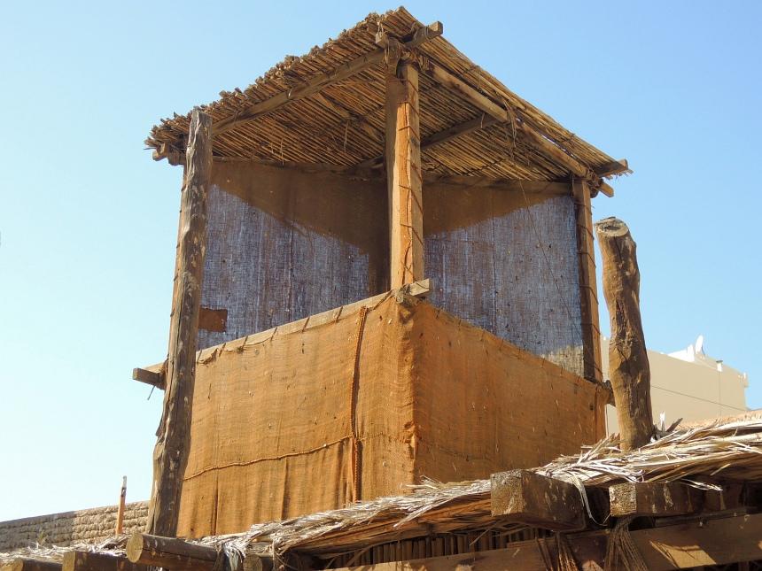 De airco van de bedoeïenen. Woestijnwind wordt naar binnen geblazen.