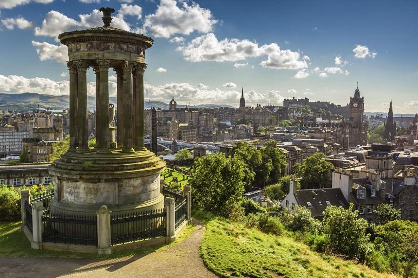 Vanaf Calton Hill heb je een schitterend uitzicht over de Schotse hoofdstad Edinburgh