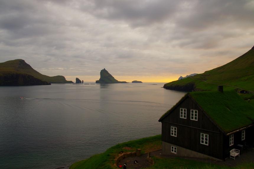 Het is 23:30 uur. Op de Faeröer eilanden zijn de nachten kort in mei.