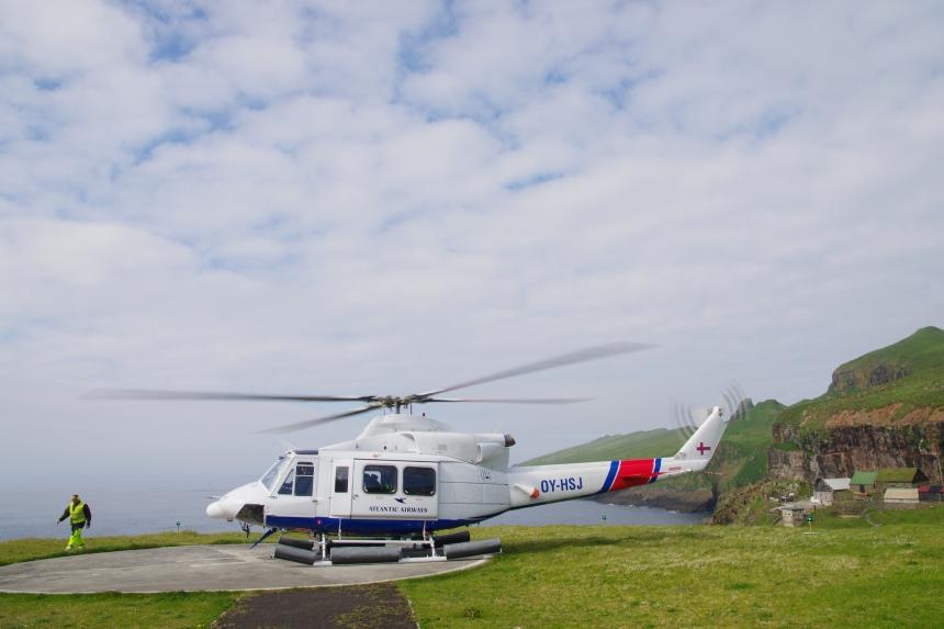 Met de helikopter van vliegveld Vagar naar vogeleiland Mykines.