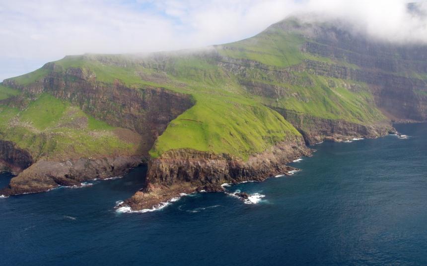 De Faeröer vanuit de helikopter. Op naar de papegaaiduikers!