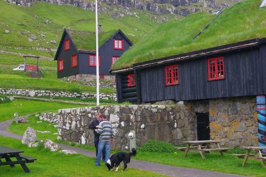De huizen op de Faeröer eilanden zijn bedekt met berkenschors en plaggen. De windsnelheid kan oplopen tot 250 km/u.