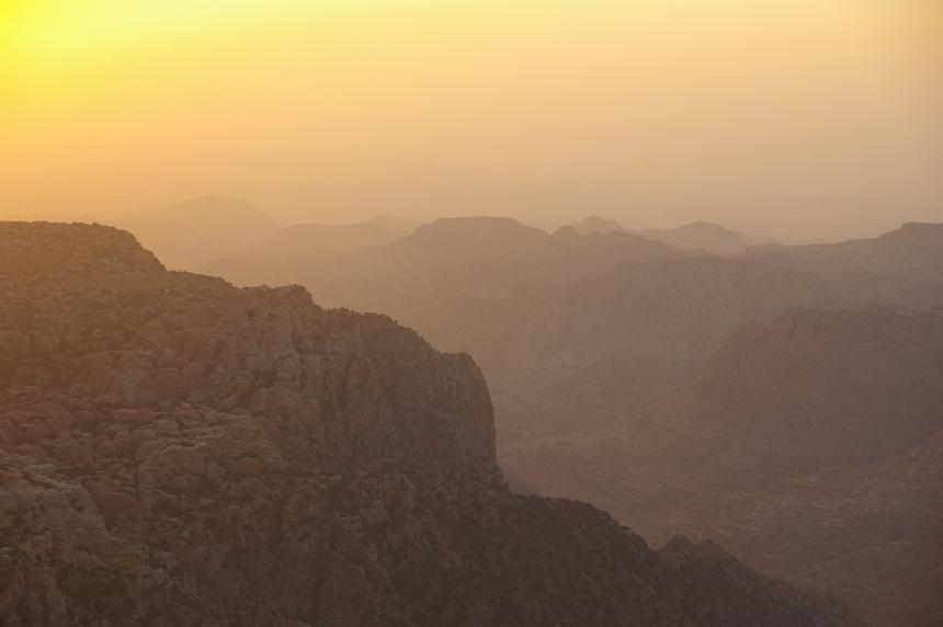 Zonsopkomst in de Wadi Rum woestijn.