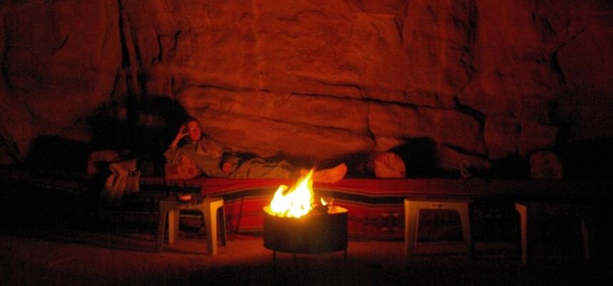 Slapen onder miljoenen sterren in de Wadi Rum woestijn.