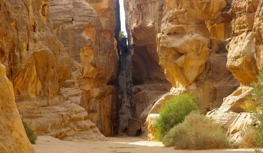 De woestijnen in Jordanië zijn kleurrijk en rotsachtig.