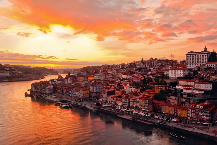 De Douro, of gouden rivier, slingert zich langs duizenden wijngaarden naar de historische stad Porto