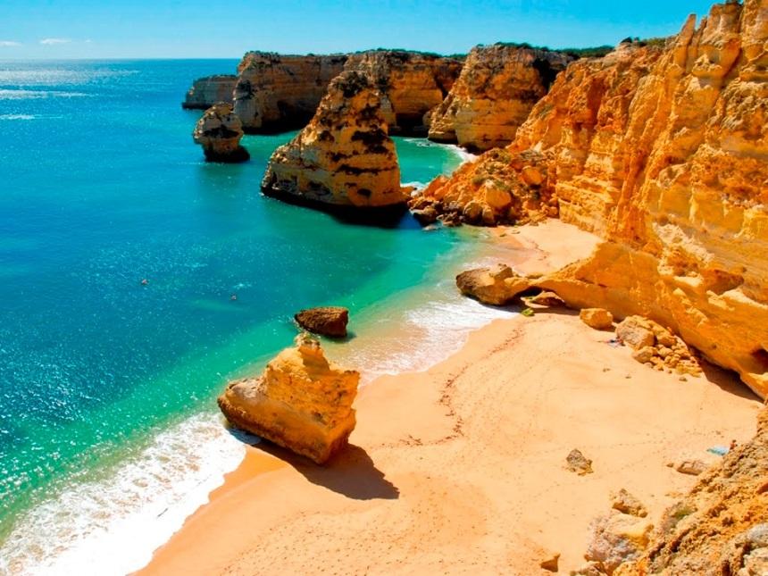 Praia da Marinha wordt beschouwd als het mooiste strand van de Algarve.