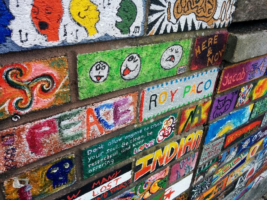 Kleurrijke muur in de wijk Stokes Croft