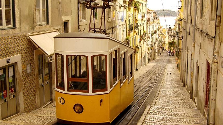 Een ritje met tram 28 is een absolute must als je in Lissabon bent.