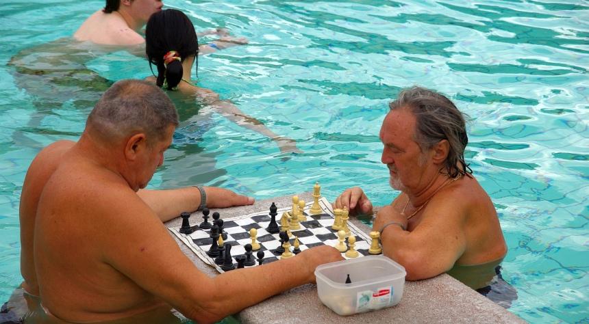 Dagelijks potje schaak in het bronwater dat altijd 38 graden is. Zomer en winter.
