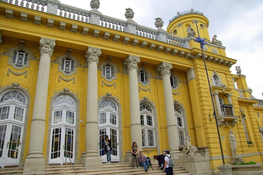 Het Szechenyi bad in het stadpark aan het einde van metrolijn 1 (de oudste van Europa).