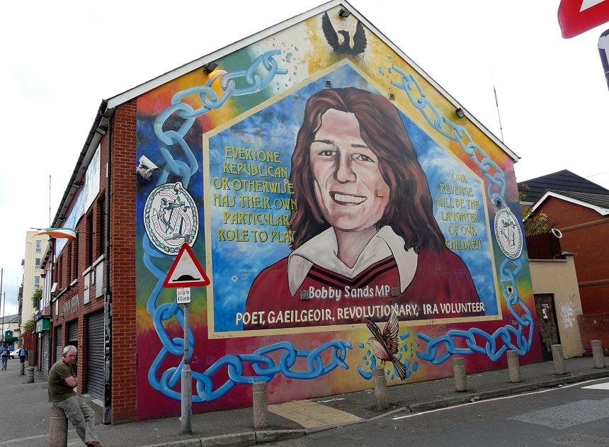 ... met in Falls juist afbeeldingen van de beroemde tegenhanger, Bobby Sands